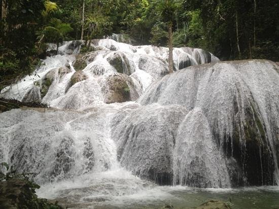 Tentena, Indonesien: Saluopa waterfall