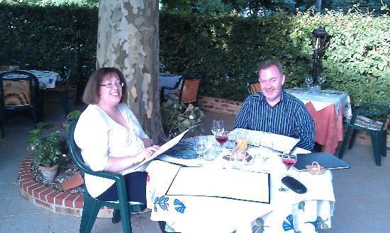 Restaurant Auberge de la Brenne: amis anglais sur la terrasse