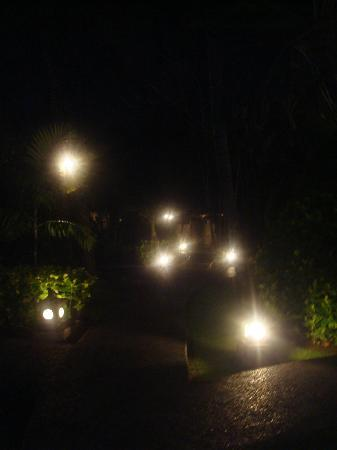 Aneka Beach Hotel: the pathway on night, beautifully illuminated