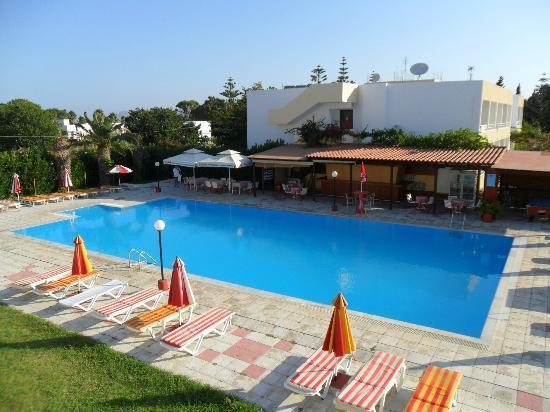 Hotel Iris: pool and bar