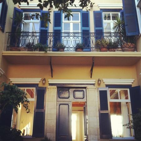 Pandora Suites Hotel: giardino d'entrata