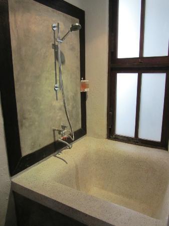โรงแรมบ้านไทย วิลเลจ: bathroom