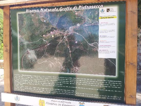 Grotte di Pietrasecca: Panoramica della zona con i sentieri
