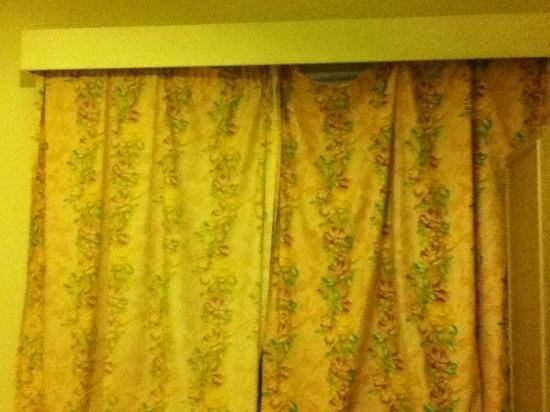 Cromwell International Hotel : rideau dépareillé crade