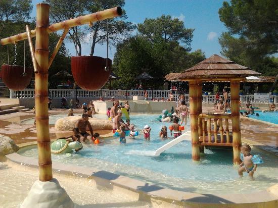 Terrasse piscine picture of camping la pierre verte for Camping la ciotat avec piscine