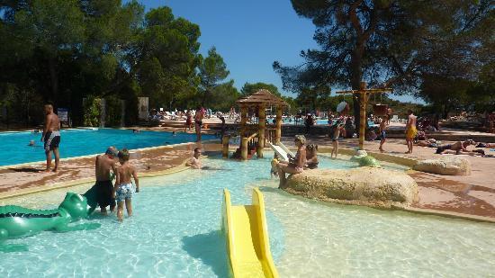 Terrasse piscine picture of camping la pierre verte for Camping la piscine bretagne