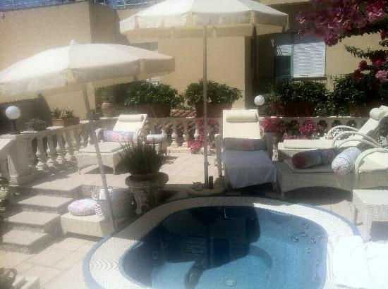 Hotel Villa Taormina: Jacuzzi terrace and lovely cozy chezlongues