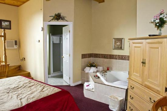 Canadas Best Value Inn and Suites: Honeymoon Room