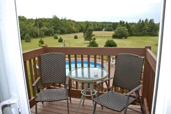 Canadas Best Value Inn and Suites: Honeymoon Room Patio (view of pool and grounds)