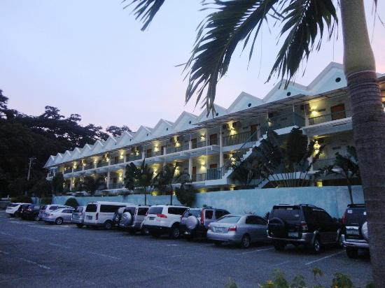 Camayan Beach Resort and Hotel: FACADE