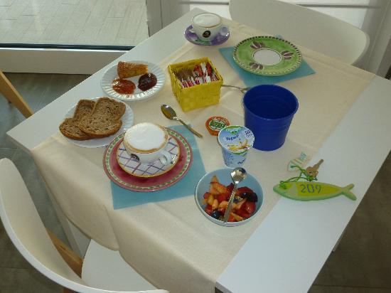 MAREE HOTEL: I piattini colorati che decorano i tavoli della sala colazione