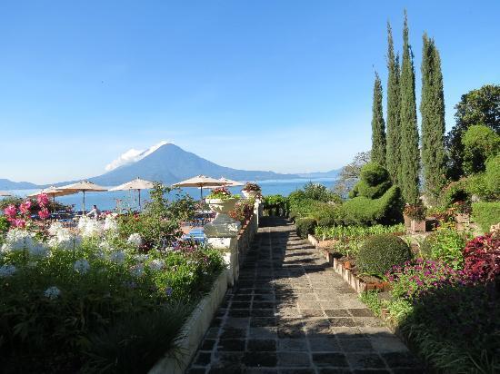 Hotel Atitlan: jardines y zona de piscina