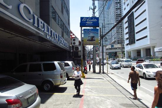 El Cielito Inn: The street in front of the hotel