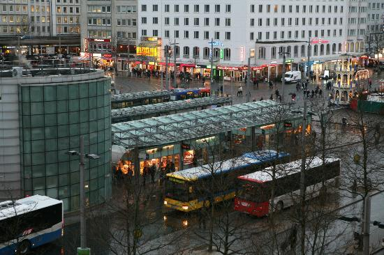 IntercityHotel Bremen: Ausblick vom Zimmer auf den Bahnhofsvorplatz