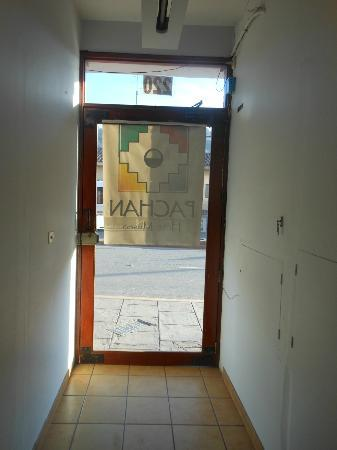 Pacha Hotel Museo: Puerta de entrada del Hotel con Cartel de papel en la puerta