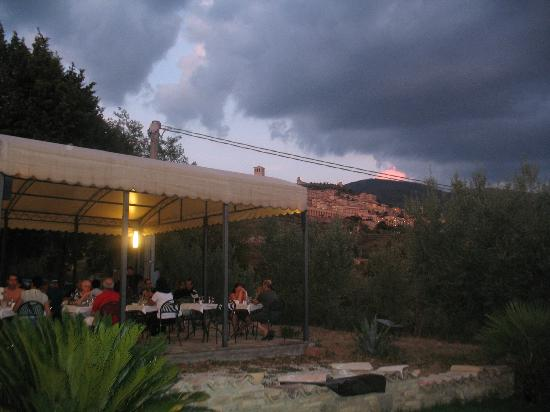 Carfagna Country House: Cena all'aperto con vista su Assisi
