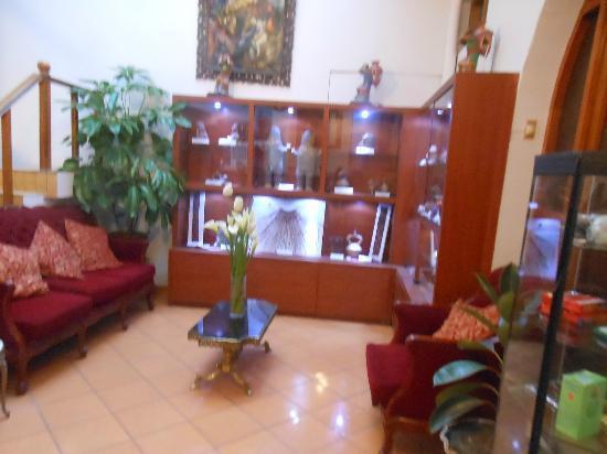 """Pacha Hotel Museo: estar del hotel , que ellos promocionan como """"pequeño museo"""""""