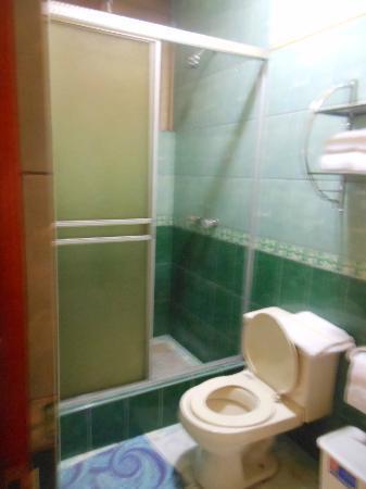 Pacha Hotel Museo: baño: zona de ducha. mal mantenido