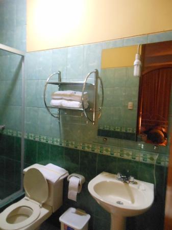 Pacha Hotel Museo: habitacion 205, interna, sin ventilacion, baño con luz colgando frente al espejo