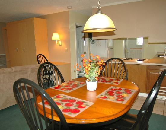 Atlantic Oceanside Suites: 1 Bedroom dining area/kitchen
