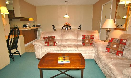 Atlantic Oceanside Suites: 1 bedroom suite living area