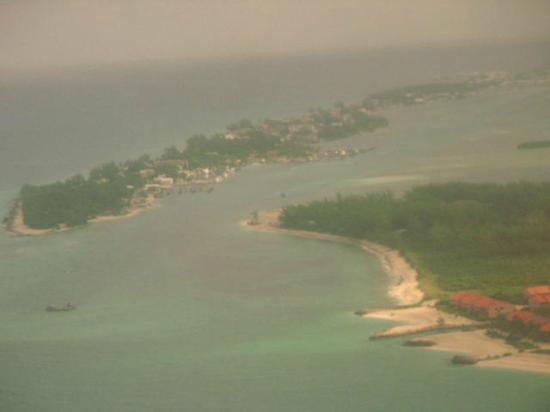 ‪بيميني بيج جيم كلوب ريزورت آند مارينا: North and South Bimini from the air