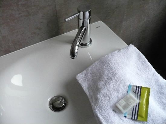 Plug-Inn Hostel: lavabo