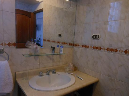 Hotel Suenos del Inka: baño de la segunda habitacion