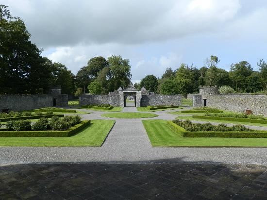 Portumna Castle : Entrance gardens