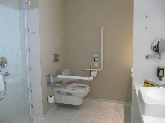 Sanitäreinrichtung  Behindertengerechte Sanitäreinrichtung - Bild von Hotel am ...