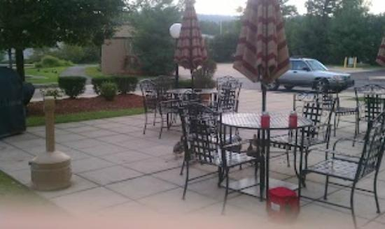 Hampton Inn Manheim: Patio area next to the pool, very nice.