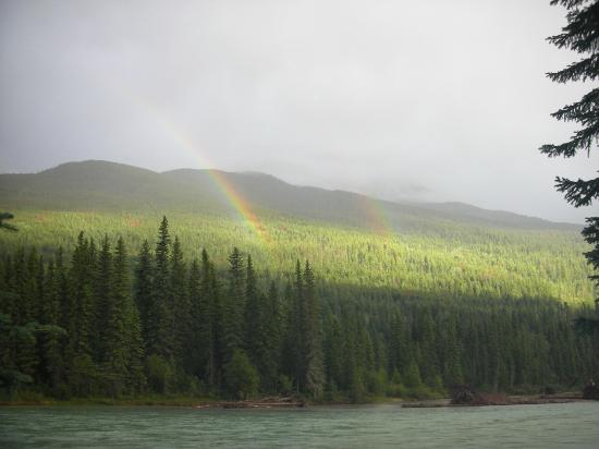 Mount Robson Lodge & Robson Shadows Campground : The double rainbow that greeted us as we set up camp!