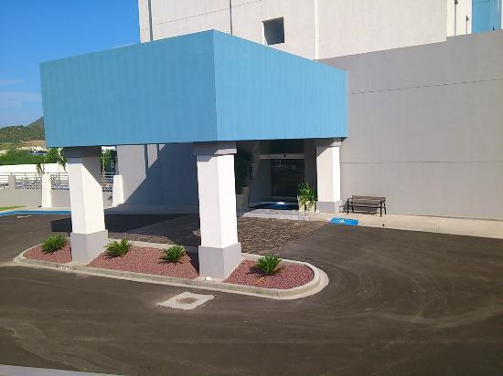 Holiday Inn Express Guaymas : La entrada.