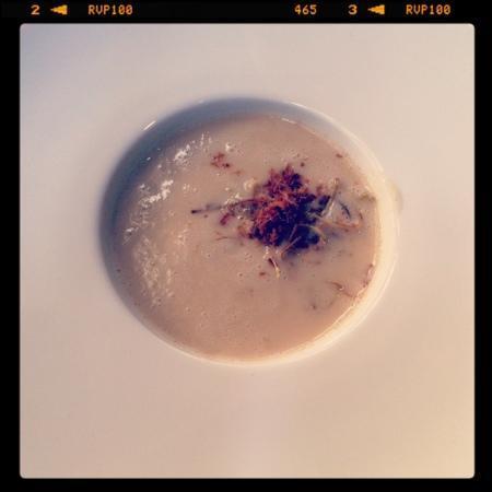 Dui : creme de feijao branco com crispy de alho poro
