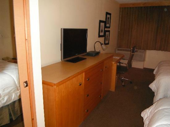 Magnuson Hotel Fishkill : Chambre: télé et espace de travail