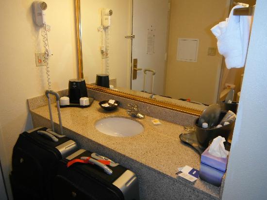 Magnuson Hotel Fishkill: Coin lavabo & cafetière
