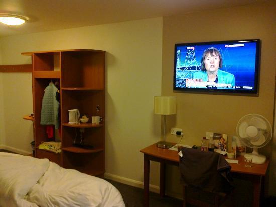 Premier Inn Fareham Hotel: Big TV
