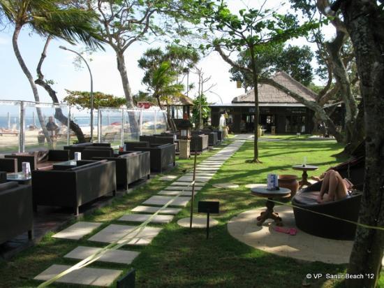 Giardino con divani bar musica bose sullo sfondo uno dei ristoranti foto di prama sanur - Ristoranti con giardino roma ...