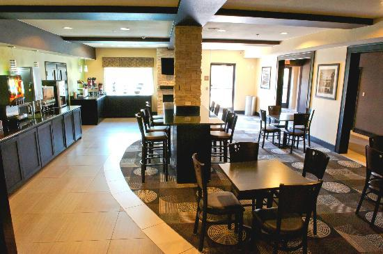Best Western Plus Arlington North Hotel & Suites: Breakfast Area