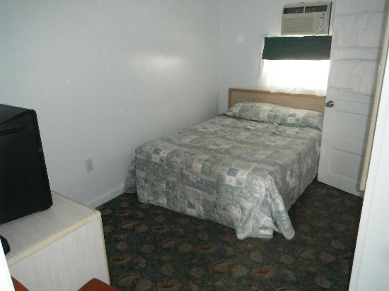 SeaGull Motel : Chambre fermée lit double et climatiseur