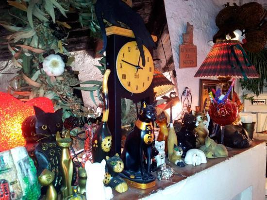 La Latteria del Gatto Nero: la collezione di gatti che si può ammirare nel ristorante