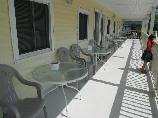 SeaGull Motel : Grand balcon commun avec table et chaises pour chaque unité