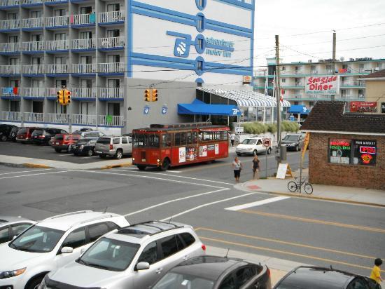 Sea Gull Motel : Autobus au coin de la rue, resto et ATM en face