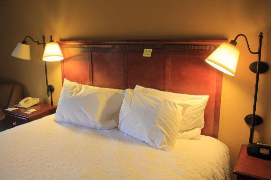 Hampton Inn Boston/Marlborough : King bed with postit note