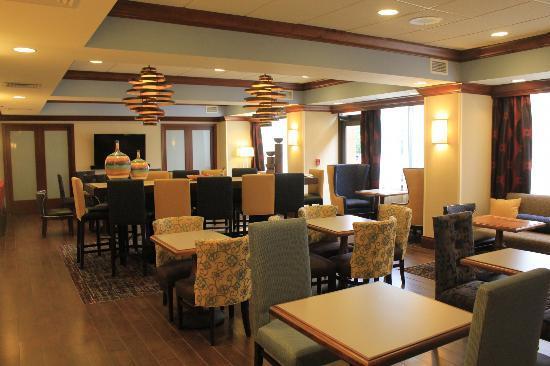 Hampton Inn Boston/Marlborough : Lounge and breakfast area