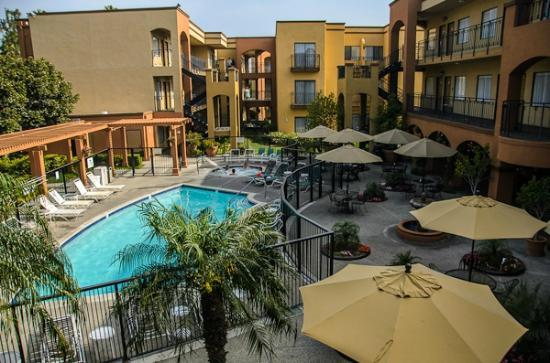 Country Inn and Suites - John Wayne Airport: Courtyard