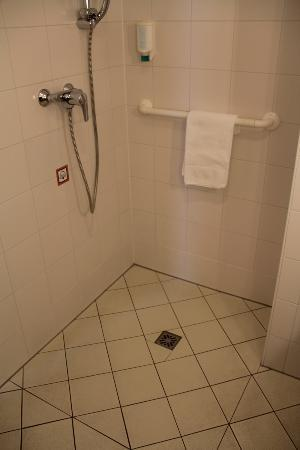 Ibis Woerthersee: Behindertengerechtes Badezimmer