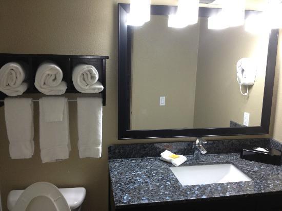 La Quinta Inn & Suites San Diego Mission Bay: Modern Bathroom