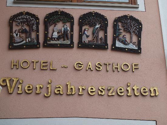 Hotel-Gasthof Vierjahreszeiten: Eingangsbereich geschmackvoll verziert