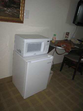 Microtel Inn & Suites by Wyndham Cheyenne: Fridge and microwave